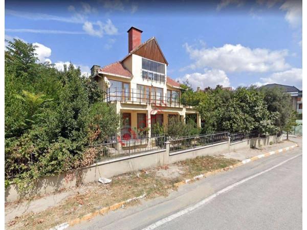 Beylikdüzü'nde   Içinde 3 Katlı Villa Olan Satılık Köşe Arsa